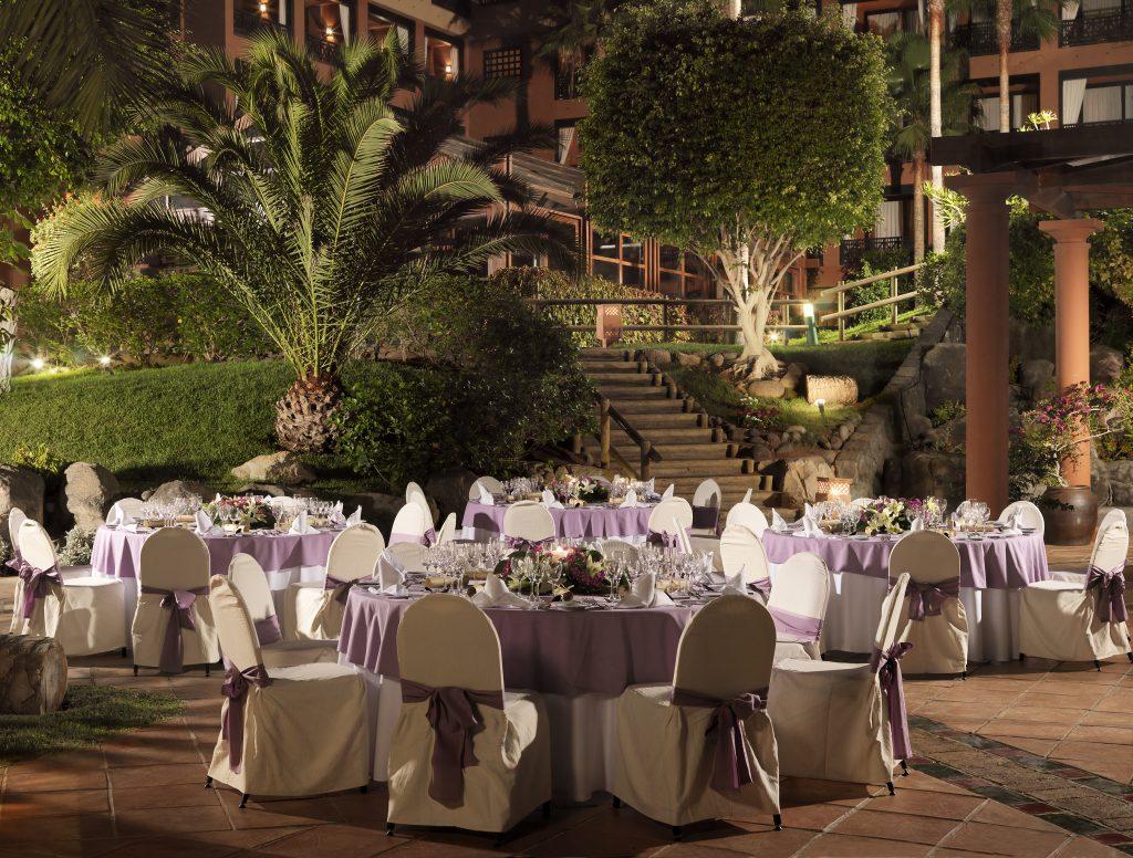 37. Banquet in the hotel garden
